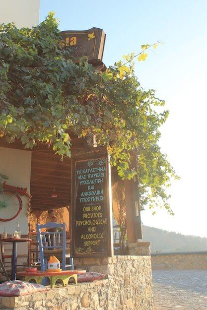 Taverne mit lustigem Spruch in Zia, Kos
