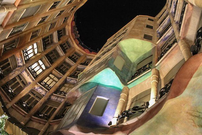 Lichterspektakel in der Casa Milà in Barcelona