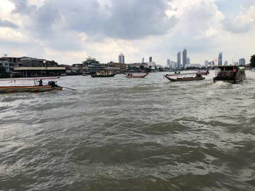 Boote auf dem Chao Phraya