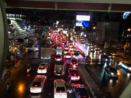 Bangkok Verkehr bei Nacht