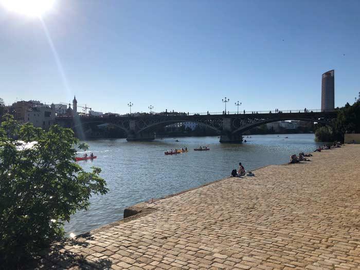 Ufer des Guadalquivir mit Blick auf Brücke Isabell II