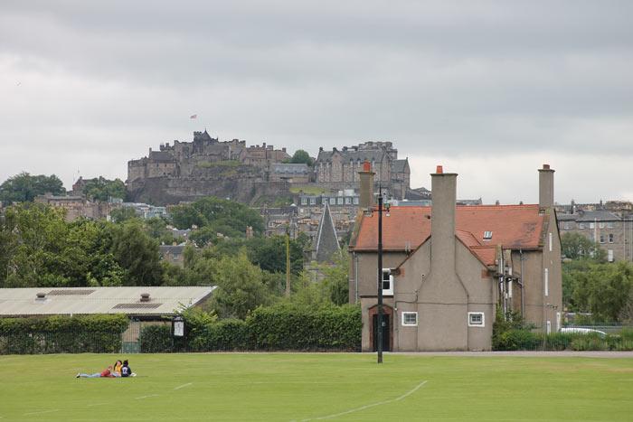 Inverleith Park mit Edinburgh Castle im Hintergrund