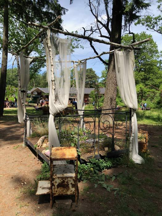 Ein altes verwittertes Bett im Heilstätten-Gelände