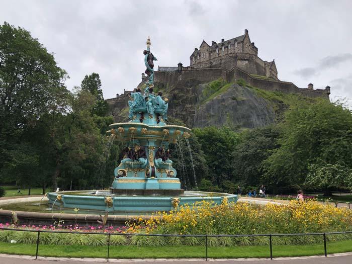 Blick von Princes Street Gardens mit der Ross Fountain auf Edinburgh Castle