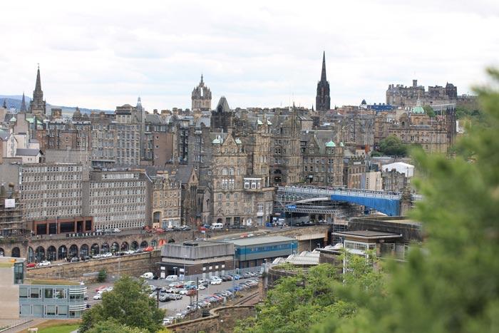 Blick auf die Altstadt Edinburghs von Calton Hill aus