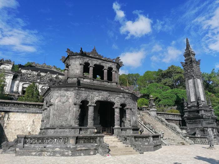 Khai Dinh Grabmal von außen mit vielen Stufen