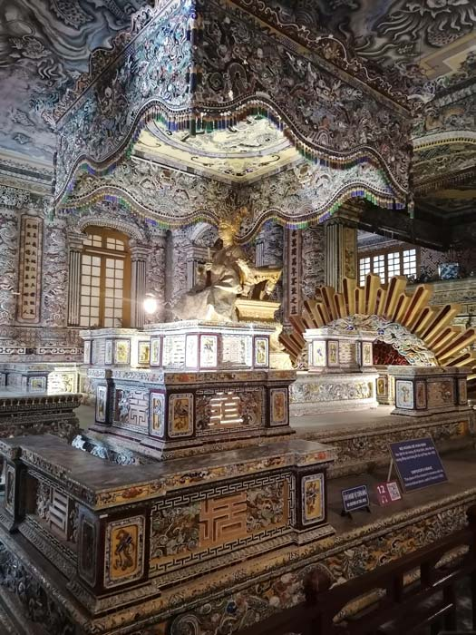 Goldene und Prunkvolle Grabkammer vom Khai Dinh Kaiser