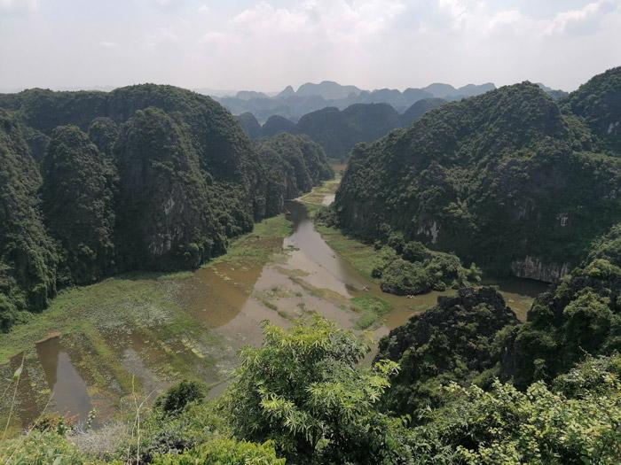 Blick auf Tam Coc Fluss mit Booten