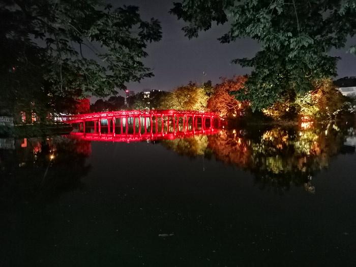 The Huc beleuchtet bei Nacht auf dem Hoan Kiem See