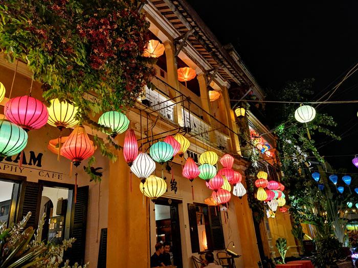 Hoi An bei Nacht mit bunten Lampions