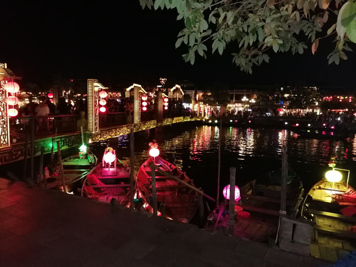 Lampion Boote in Hoi An bei Nacht
