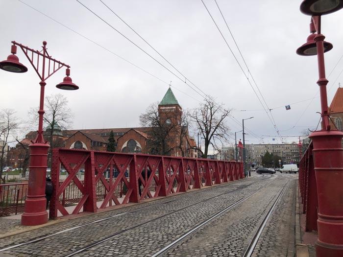 Rot gestrichene Sandbrücke in Breslau