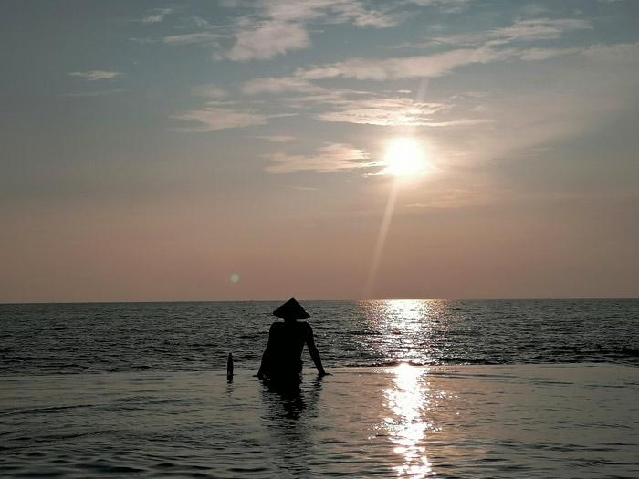 Sonnenuntergang genießen am Infinity Pool