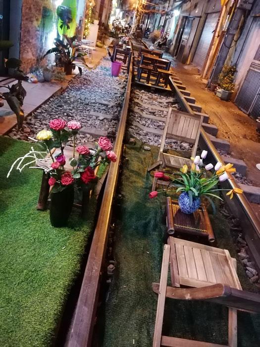 Train Street Hanoi mit Bar auf den Schienen
