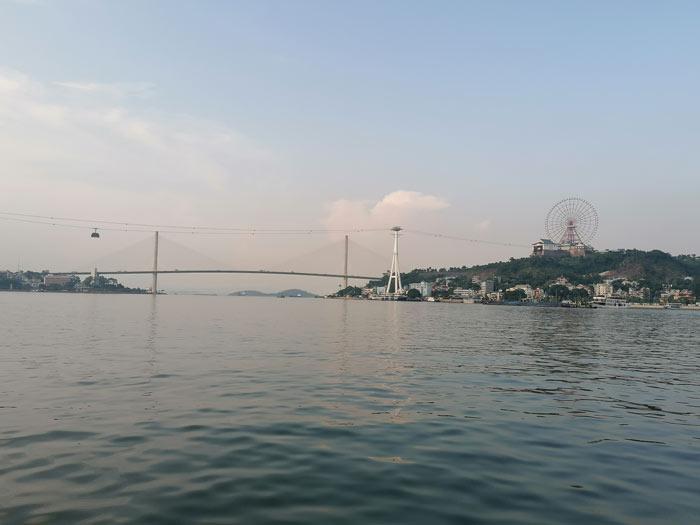 Blick auf Halong CIty vom Meer mit Seilbahn und Riesenrad