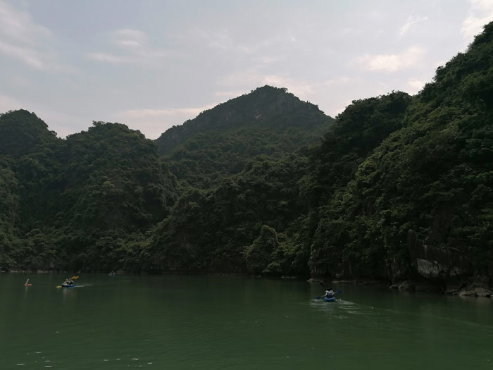 Kajak Boote in der Ha Long Bucht