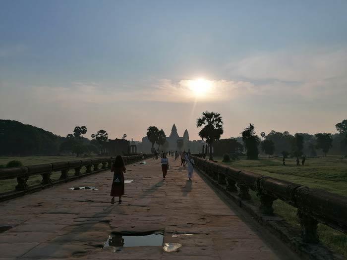 Blick von der Hauptpromenade auf Angkor Wat