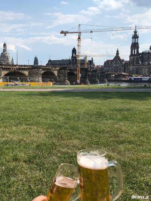 Bier am Elbsegler mit Blick auf Dresdner Altstadt