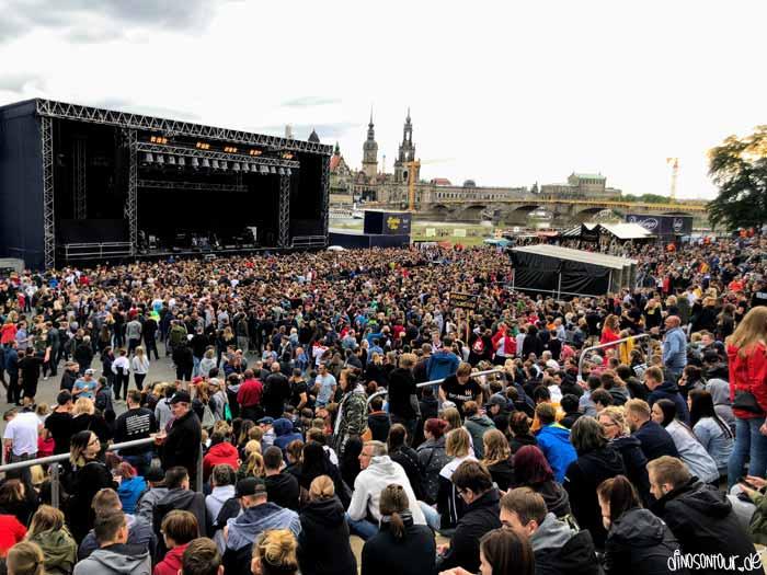 Konzert am Elbufer mit Blick auf Altstadt Dresden