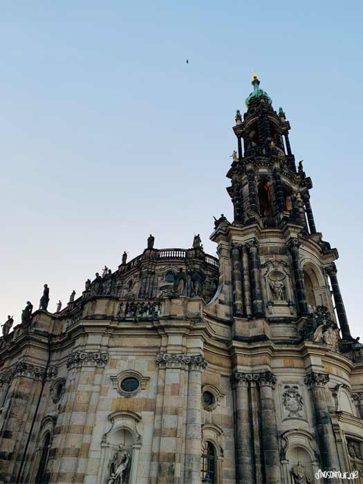 Katholische Hofkirche in Dresden beim Sonnenuntergang