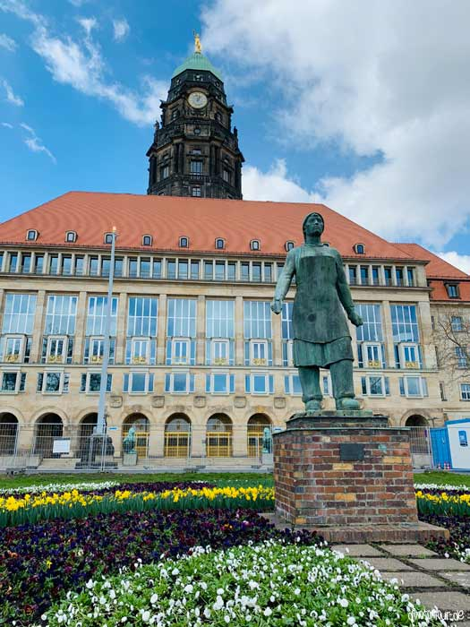 Trümmerfrauen Denkmal vor dem Rathaus Dresden