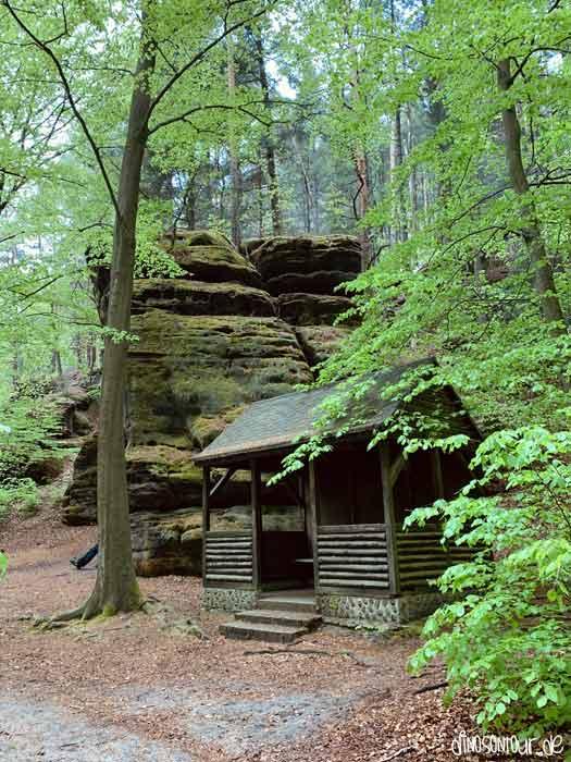 Holzhütte und Ausläufer des großen Bärensteins