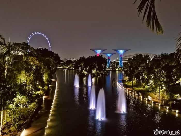 Dragonfly See Singapur am Abend mit Supertrees im Hintergrund