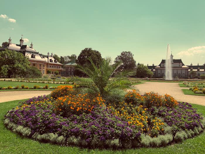 Lustgarten im Park von Schloss Pillnitz mit Blick auf Palais