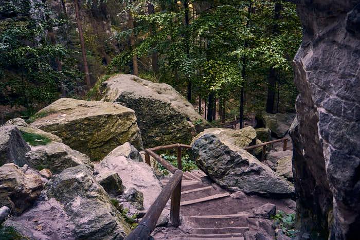 Abstieg Schwedenlöcher durch Felsen