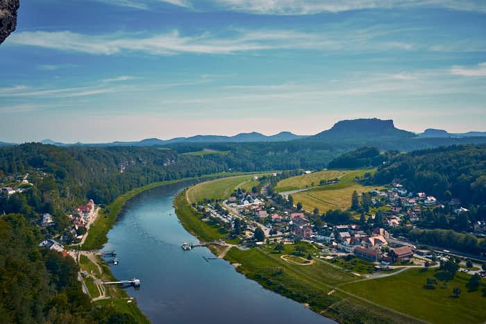 Ausblick Bastei auf Rathen mit dem Lilienstein im Hintergrund