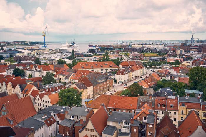Wismar von oben mit Blick auf Kreuzfahrtschiff