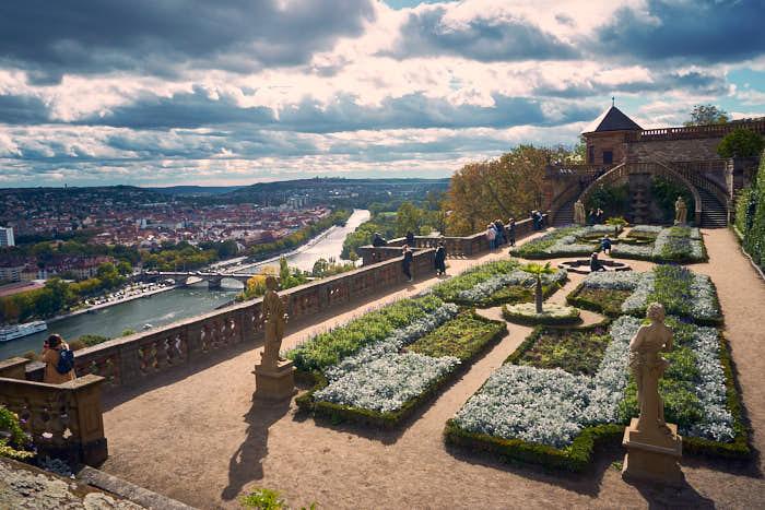 Blick auf den Fürstengarten mit dem Main und Würzburg im Hintergrund