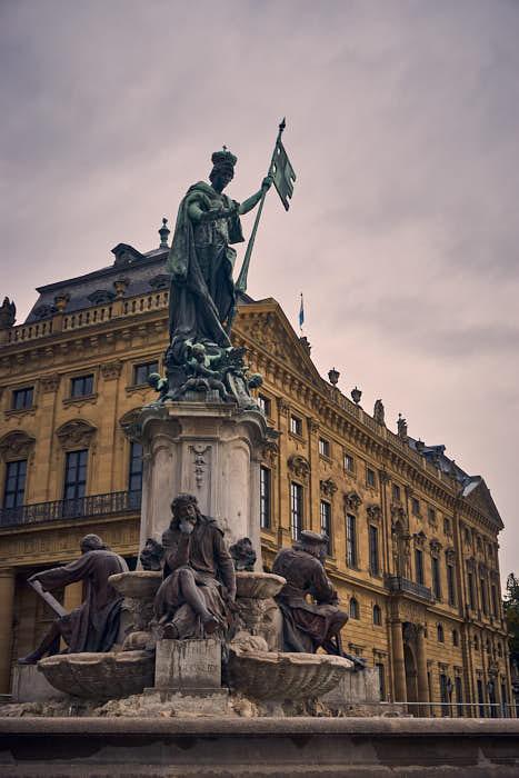 Blick auf den Frankoniabrunnen vor der Residenz