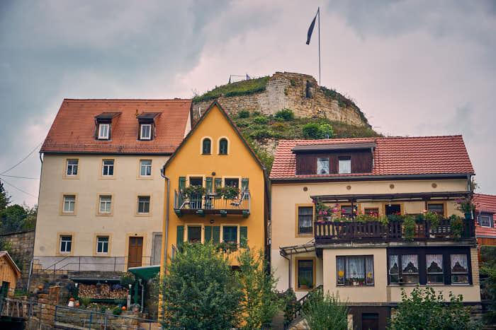 Häuser vor der Burgruine Wehlen