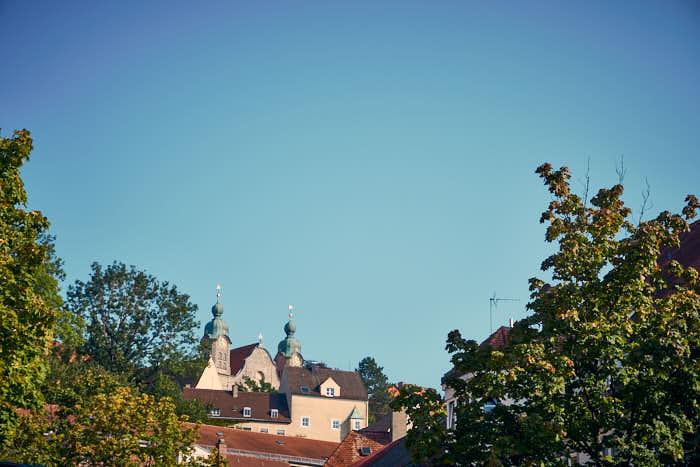 Blick auf die Heilig-Kreuz-Kirche auf dem Schlossberg