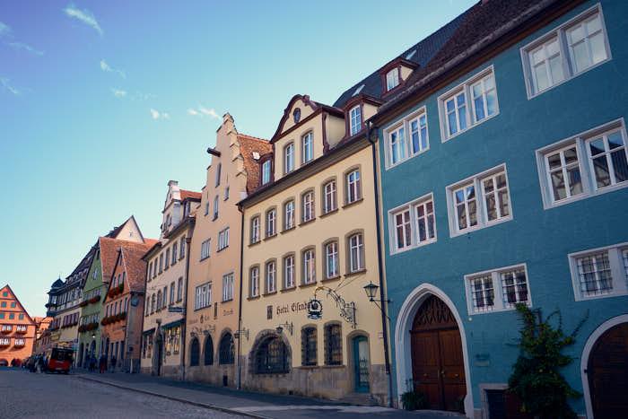Bunte Häuser in der Herrngasse von Rothenburg