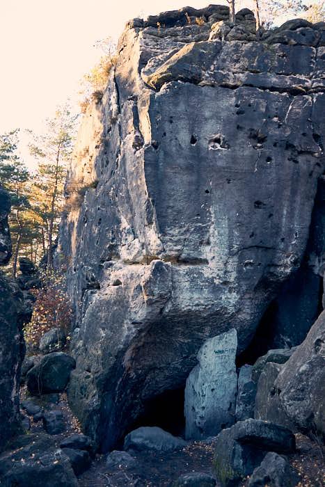 Kleinhennersdorfer Stein Lichterhöhle