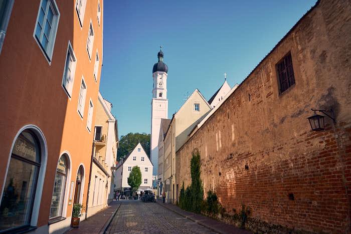 Gasse Stadtmauer Landsberg mit Kirchturm im Hintergrund