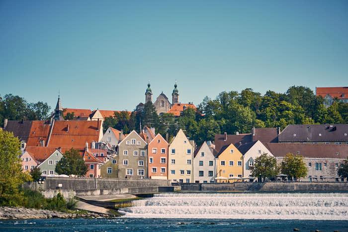 Lechwehr mit Blick auf die Altstadt in Landsberg