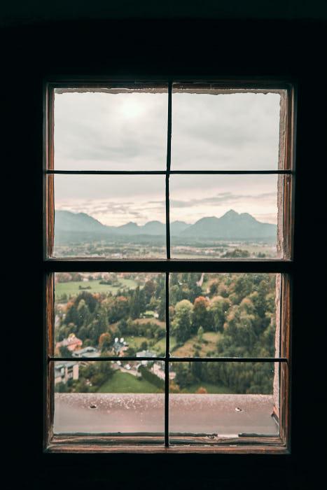 Fensterblick von Festung Hohensalzburg auf Untersberg