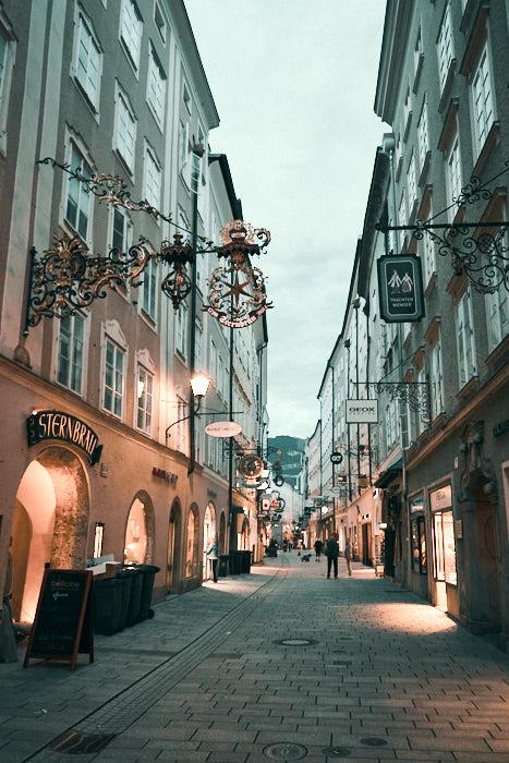 Getreidegasse am Abend in Salzburg