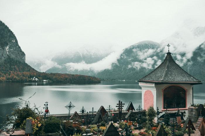 Hallstatt Friedhof mit Blick auf den Hallstätter See