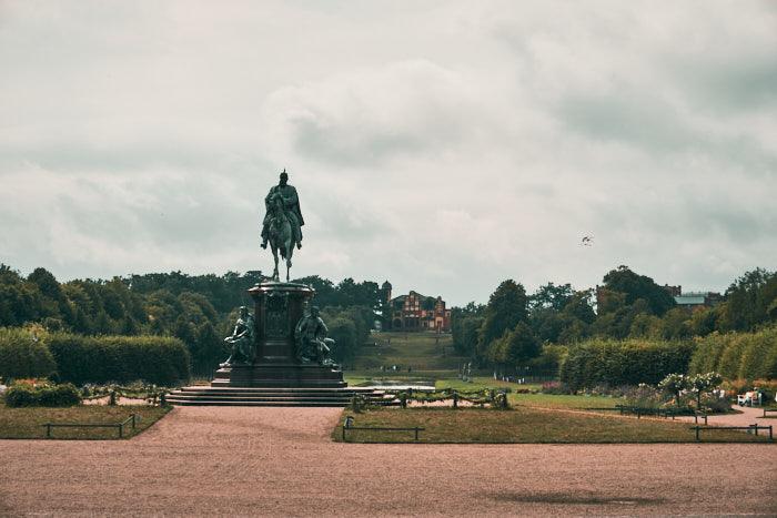 Burggarten Schwerin mit Reiterstandbild Friedrich Franz II.