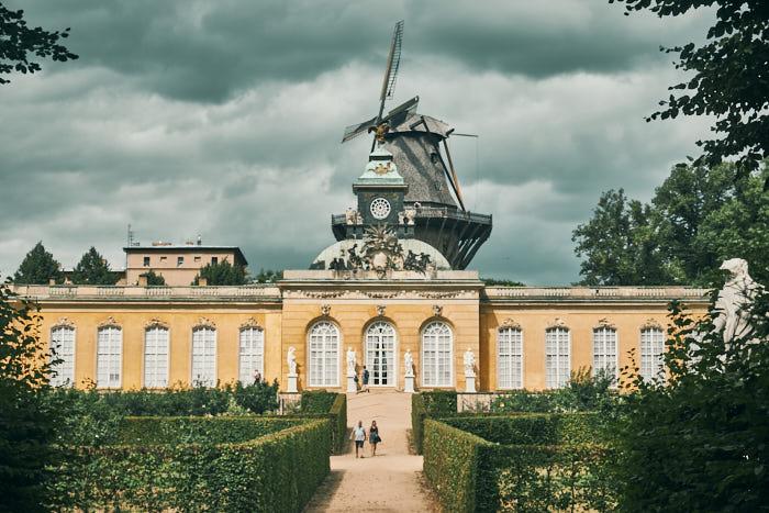 Neue Kammern mit Historischer Mühle im Hintergrund