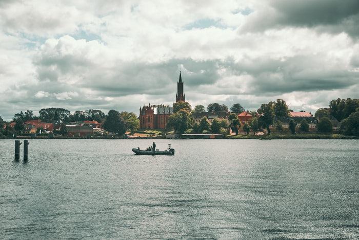 Malchower See mit Kloster im Hintergrund