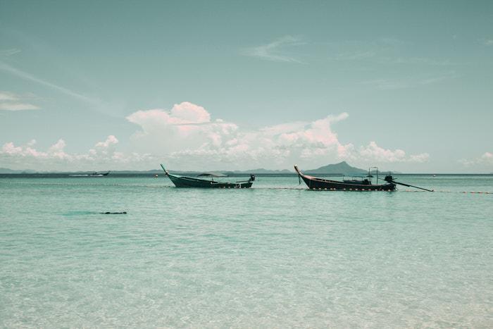 Longtail Boote im Meer
