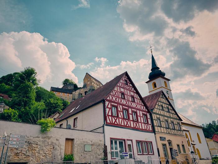 Burg Pottenstein mit Fachwerkhäusern im Vordergrund