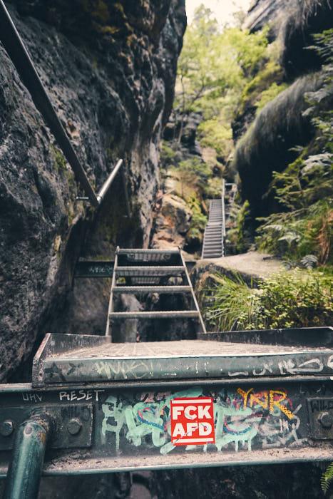 Treppe mit Aufkleber Wildschützensteig