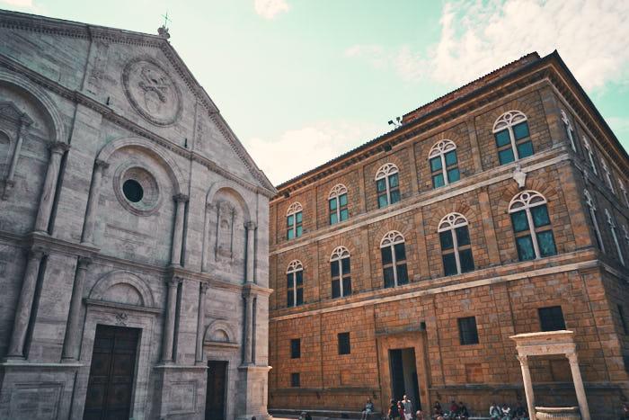 Piazza Pio II: Kathedrale und Travertin Brunnen